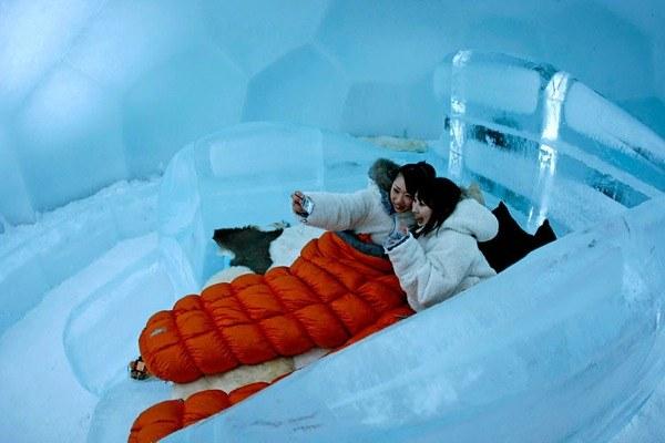 тобы подчеркнуть необычную красоту холодного края курорта Томаму, японские инженеры и ученые в течение 9 лет разрабатывали идею ледяного отеля, в котором продумали все до малейших деталей. Служащие курорта очень заботятся об отеле, толщина стен которого составляет 15 см, они постоянно распыляют снег на ледяные стены гостиницы, чтобы прямые солнечные лучи не повредили их.